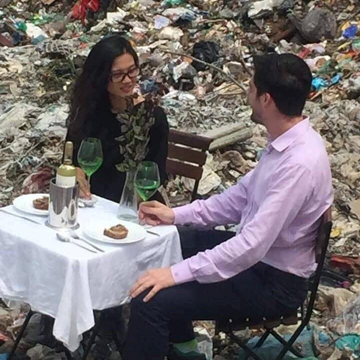 Hình ảnh cặp đôi dùng bữa giữa bãi rác lớn nhất Thủ đô khiến nhiều người giật mình: Một tương lai ăn ngủ cùng rác đang dần hiện hữu? - Ảnh 1.