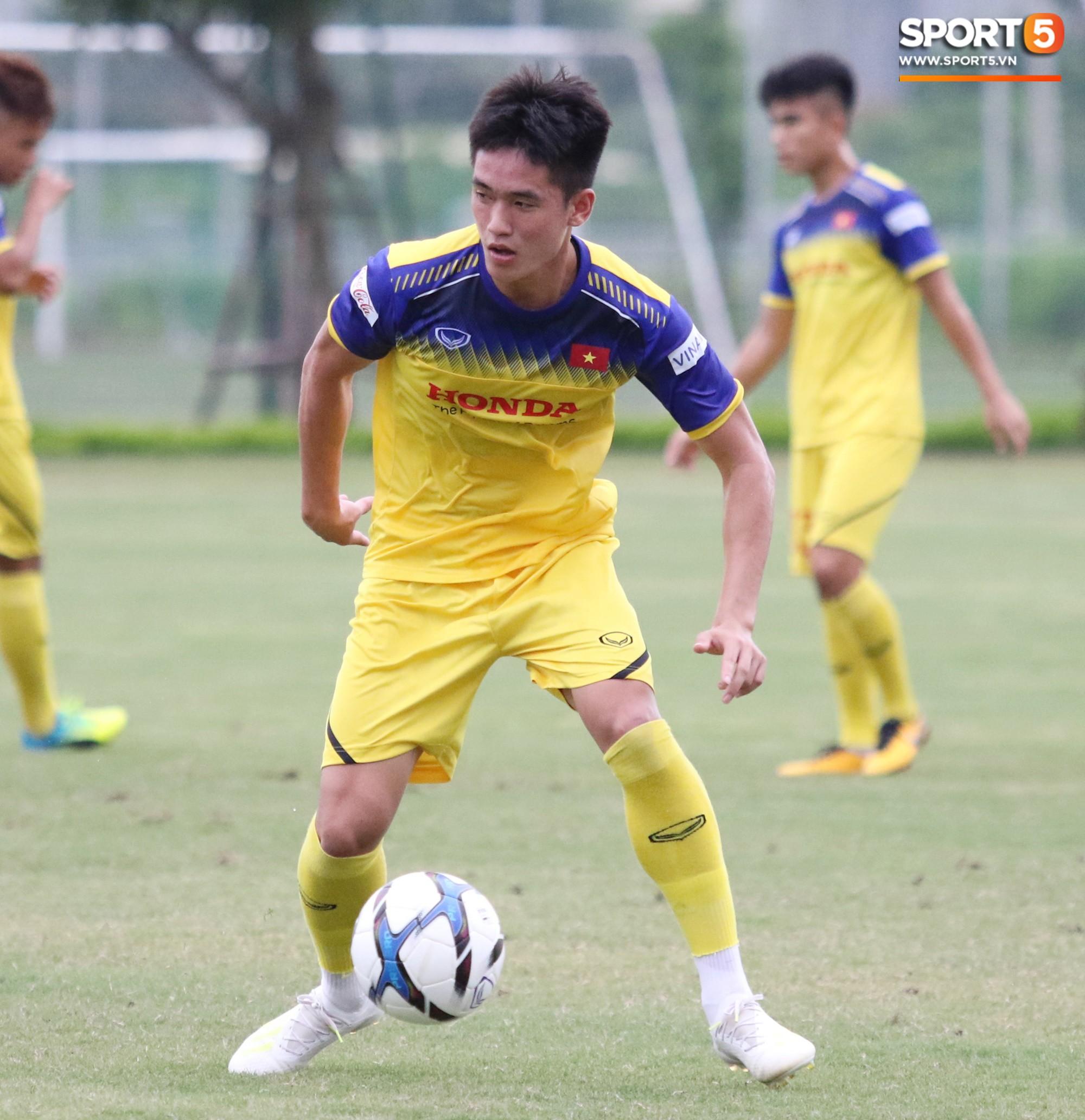 HLV Park Hang-seo đè đầu cưỡi cổ học trò trong buổi tập trước trận giao hữu với Viettel - Ảnh 4.