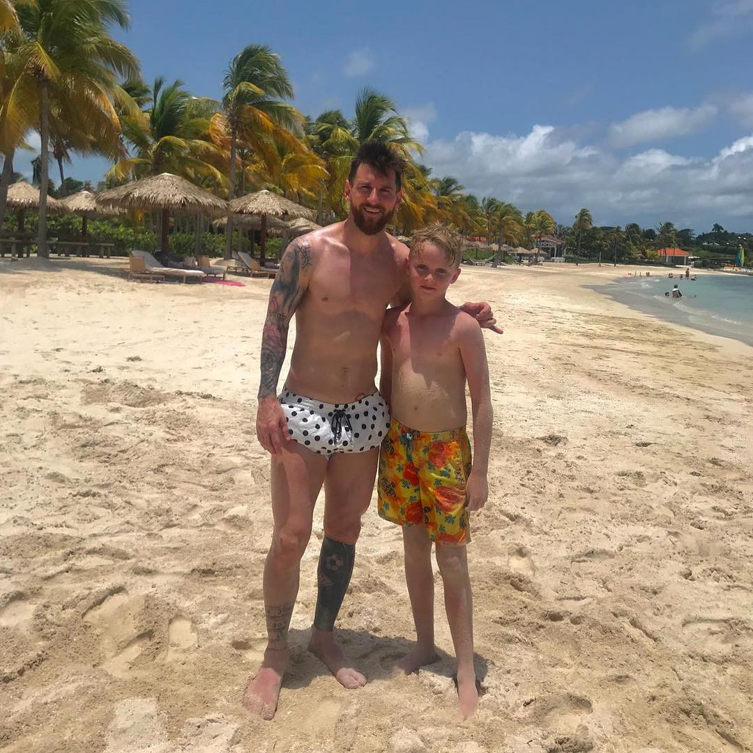 Tìm ra fan nhí may mắn nhất thế giới: Ra biển bỗng bắt gặp Messi và được chơi bóng cùng thần tượng - Ảnh 2.