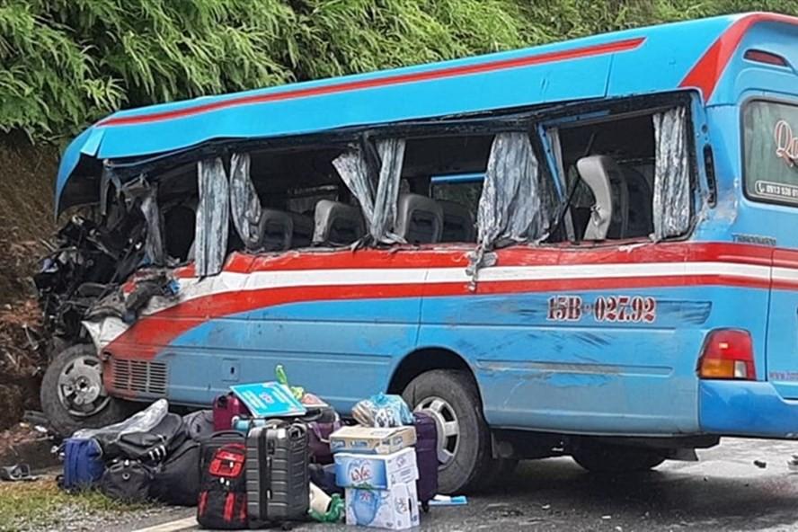 Tuyên Quang: Xe khách lao vào vách núi, hơn 10 người nhập viện - Ảnh 1.