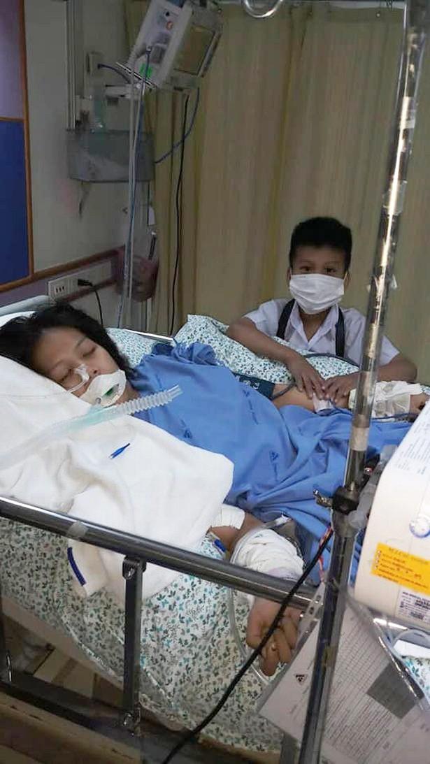 Bà bầu bị sảy thai, chết não khi đi massage chân, hình ảnh bé trai ở bên giường bệnh không rời mẹ khiến ai cũng rơi nước mắt - Ảnh 2.