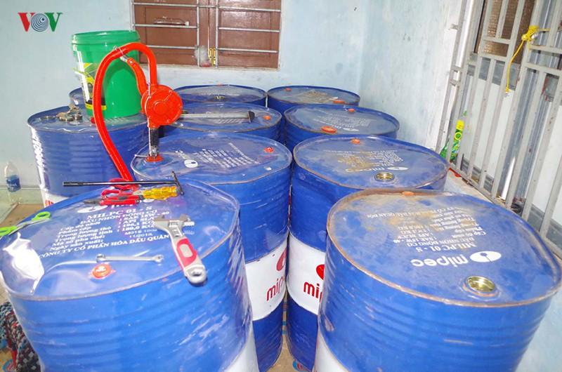 Bắt giữ gần 2.000 lít nhớt giả nhãn hiệu nổi tiếng Castrol - Ảnh 2.