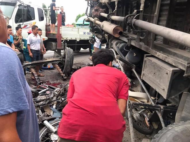 Ảnh: Hiện trường đầy ám ảnh vụ tai nạn khiến ít nhất 6 người tử vong tại Hải Dương - Ảnh 5.
