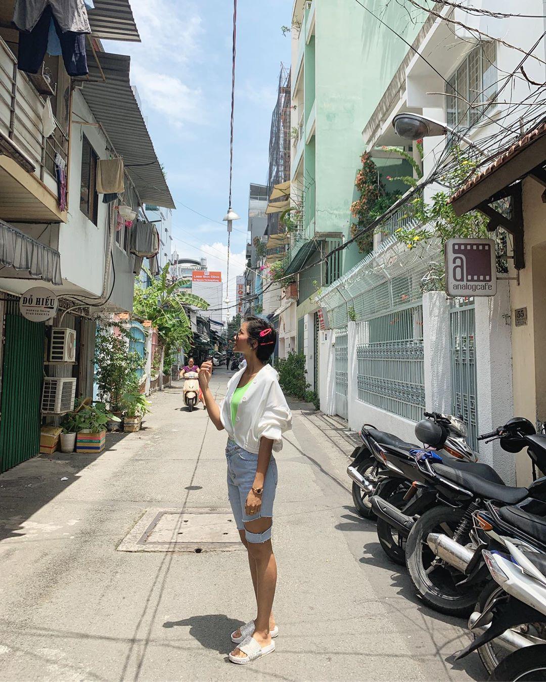 Nghịch lý của HHen Niê: Cứ mặc đồ sặc sỡ lên thảm đỏ là ăn điểm, mặc ra phố thì dễ thành thảm họa - Ảnh 2.