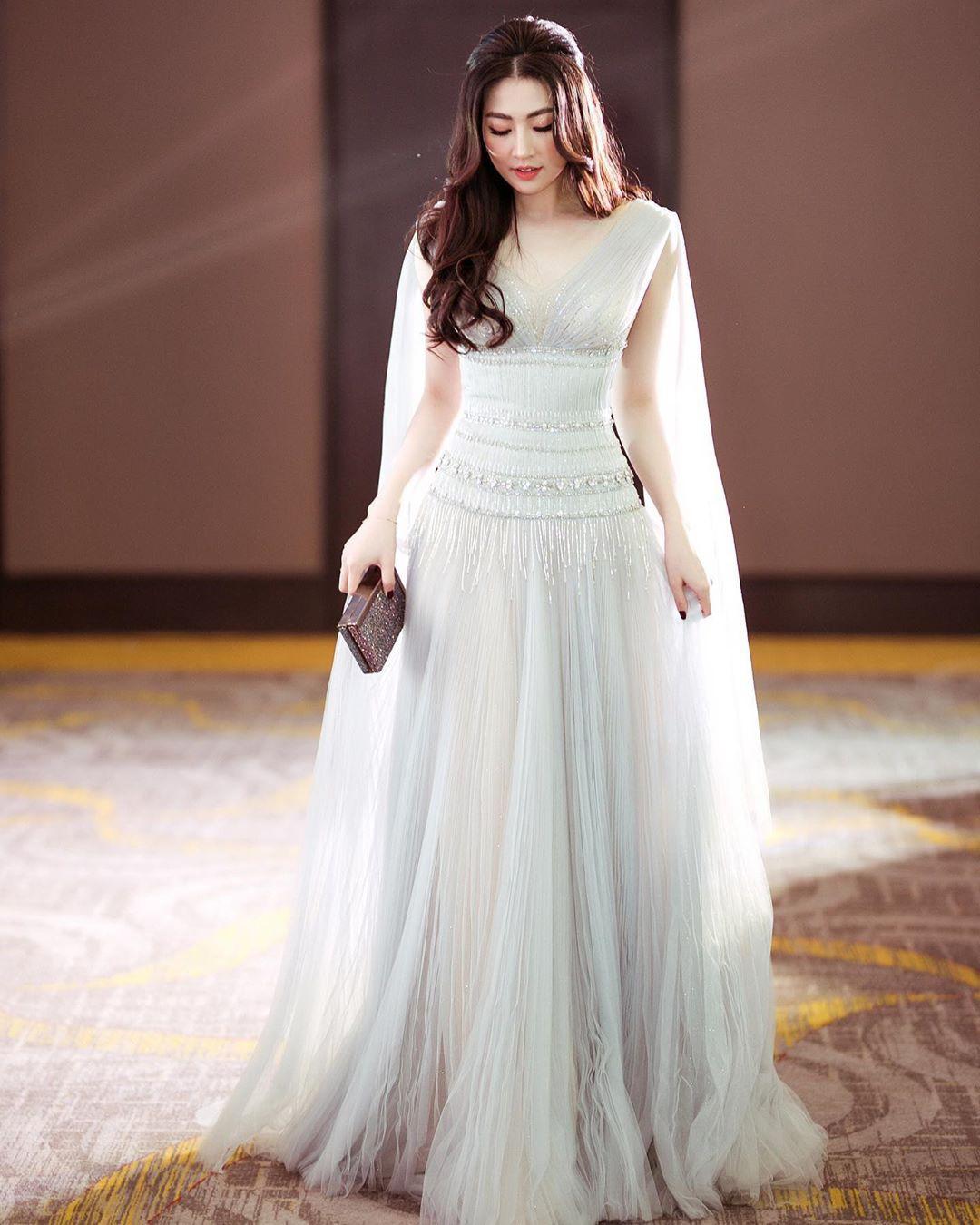 Đã đẹp còn khiêm tốn: Tú Anh diện váy quá lộng lẫy, nhưng cô lại nhận mình là phiên bản lỗi của nhân vật ai cũng biết - Ảnh 1.