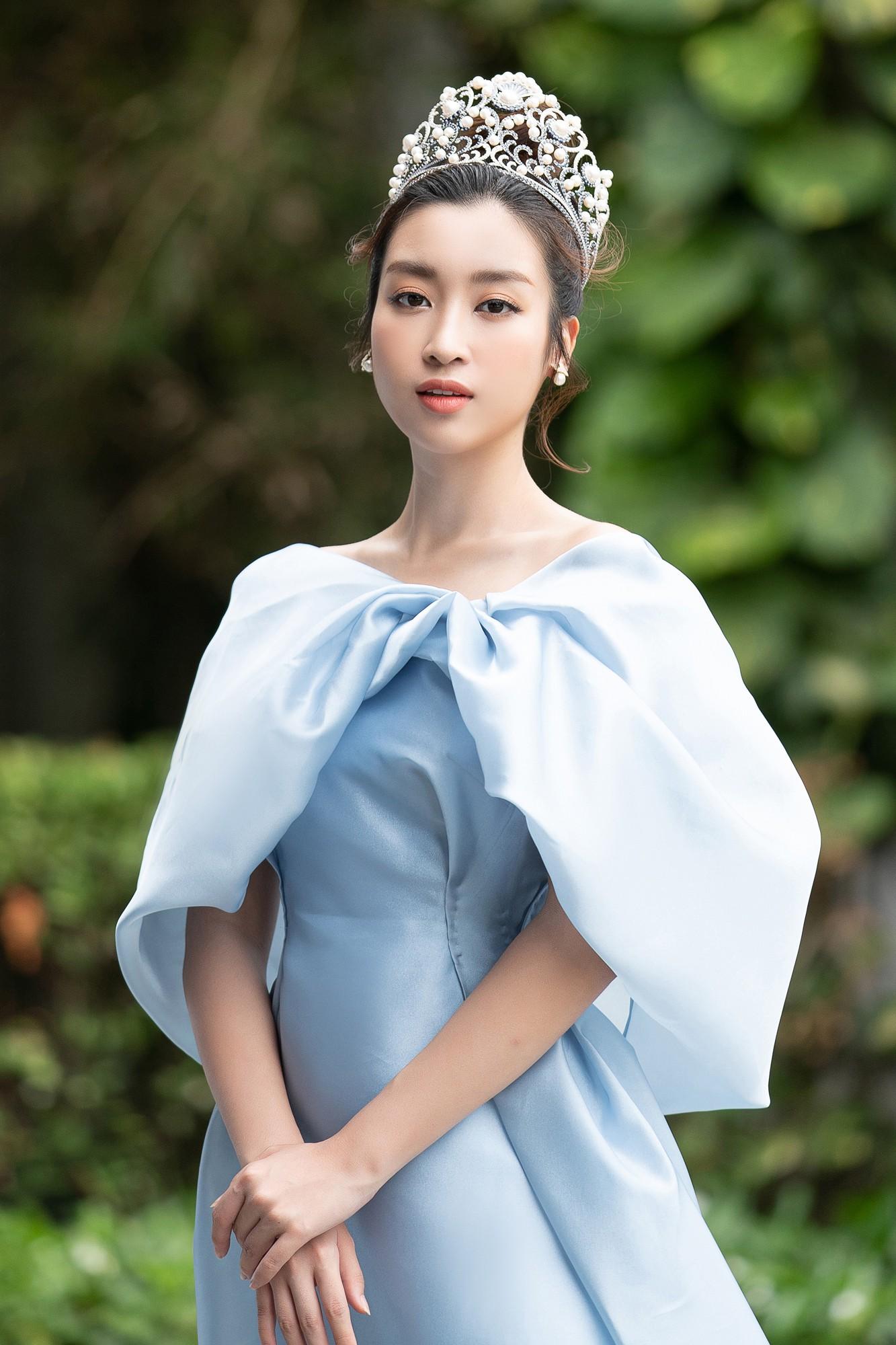 Họp báo chung kết Miss World Việt Nam 2019: Mỹ Linh - Tiểu Vy rạng rỡ đọ sắc, công bố cận cảnh vương miện 3 tỷ đồng - Ảnh 2.
