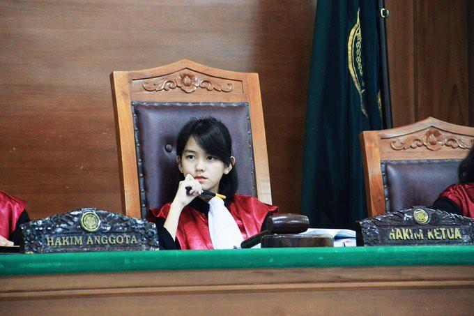 22 tuổi đã ngồi vào ghế thẩm phán lại xinh đẹp vô cùng, nữ sinh được dân mạng hỏi xin info không ngớt - Ảnh 1.