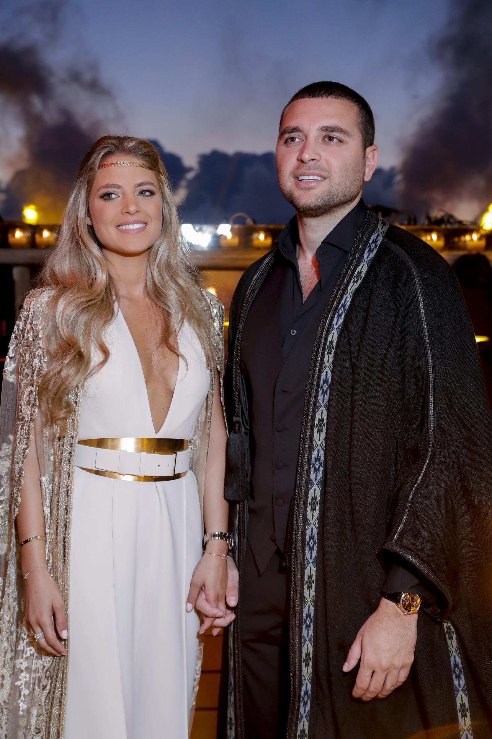 Không hổ danh con dâu nhà mốt Elie Saab: Được bố chồng dành tận 4 chiếc váy cưới Haute Couture, 1 trong số đó độc bản tráng lệ - Ảnh 2.