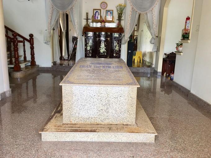 Ngôi mộ nằm giữa phòng khách trong căn biệt thự ở Bến Tre - Ảnh 2.