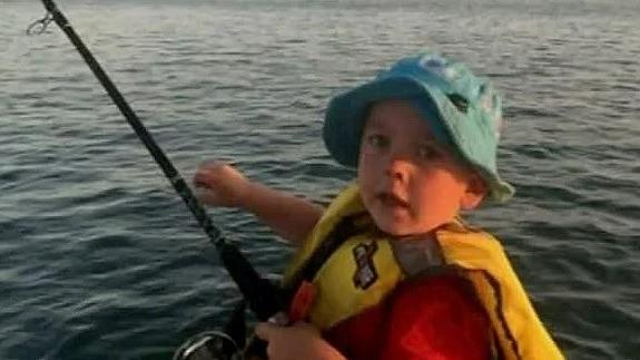 Thất lạc giữa vùng nước đầy cá mập suốt 6 giờ, cậu bé vẫn sống sót thần kỳ trước sự kinh ngạc của bác sĩ - Ảnh 2.