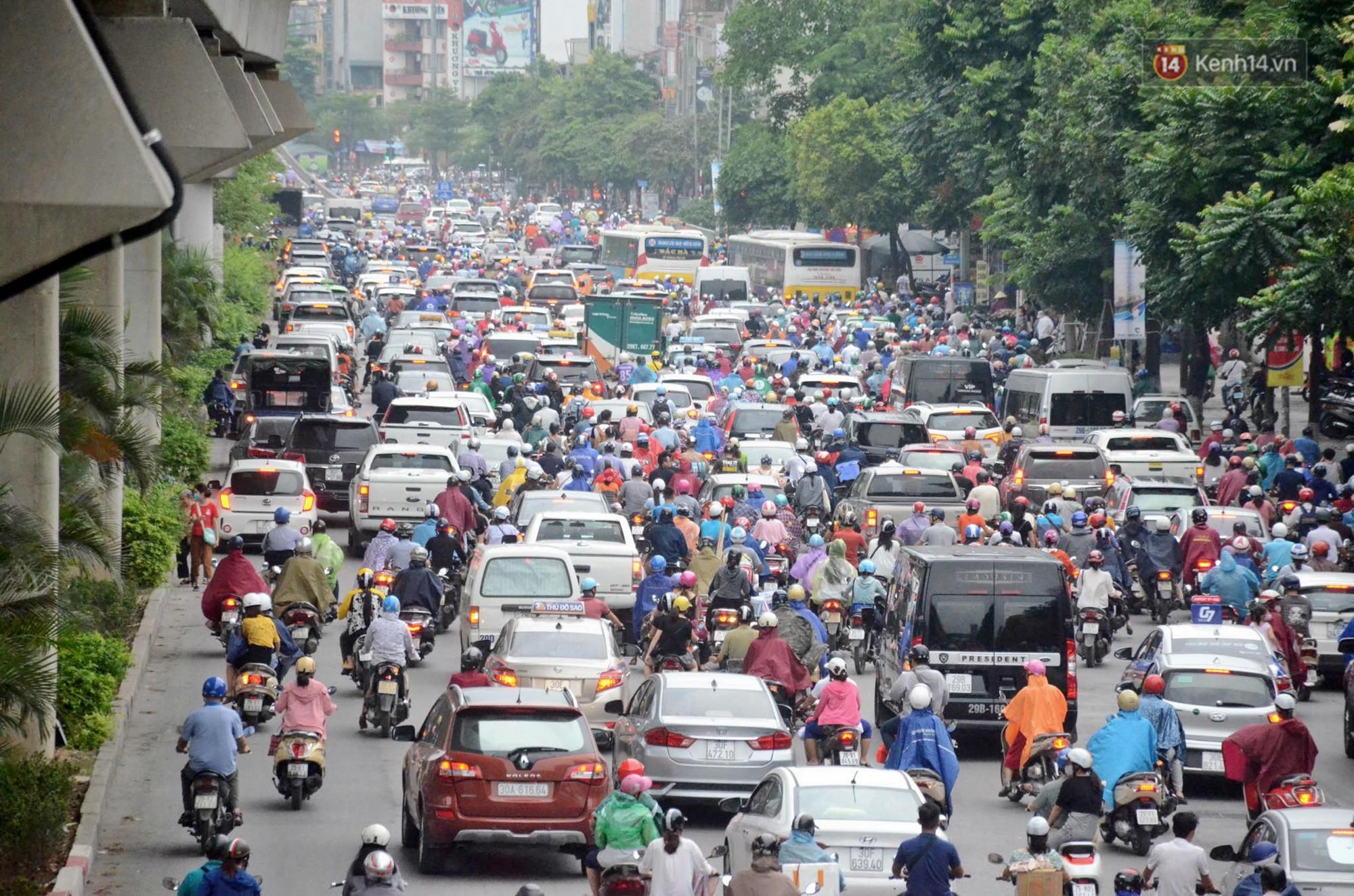 Hà Nội bắt đầu đổ mưa do ảnh hưởng của bão số 2, người dân chật vật lưu thông giờ tan tầm - Ảnh 11.