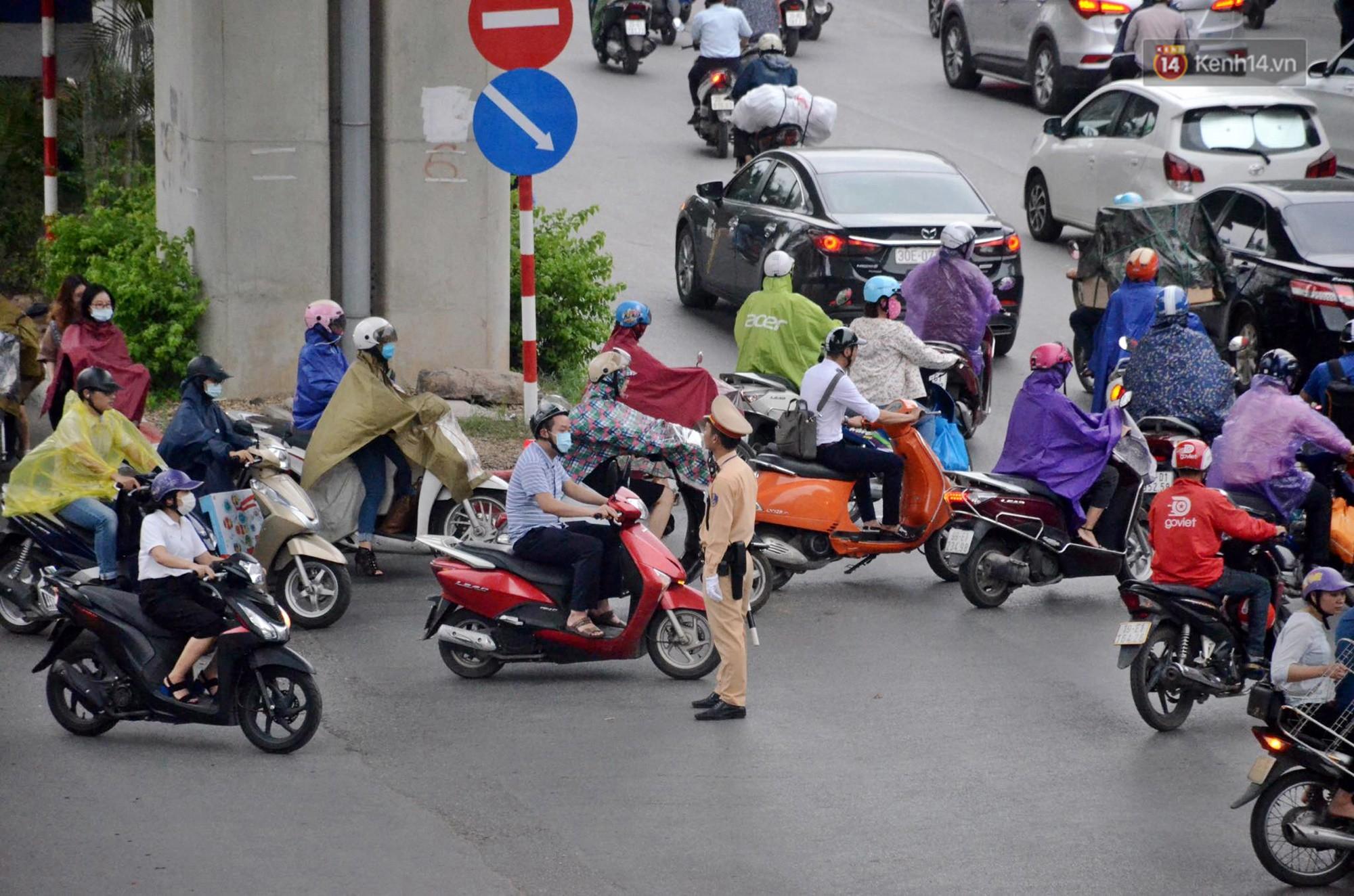 Hà Nội bắt đầu đổ mưa do ảnh hưởng của bão số 2, người dân chật vật lưu thông giờ tan tầm - Ảnh 12.