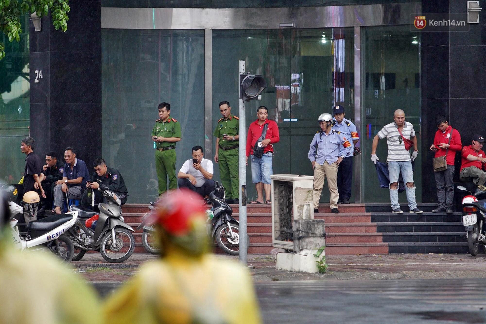 Hà Nội bắt đầu đổ mưa do ảnh hưởng của bão số 2, người dân chật vật lưu thông giờ tan tầm - Ảnh 10.