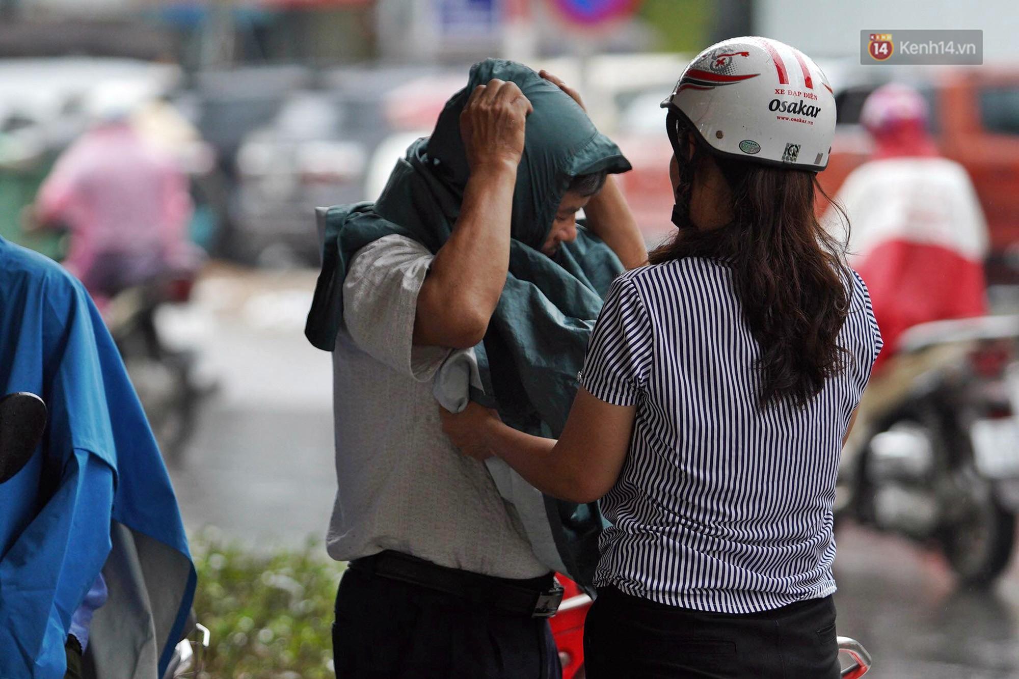 Hà Nội bắt đầu đổ mưa do ảnh hưởng của bão số 2, người dân chật vật lưu thông giờ tan tầm - Ảnh 8.