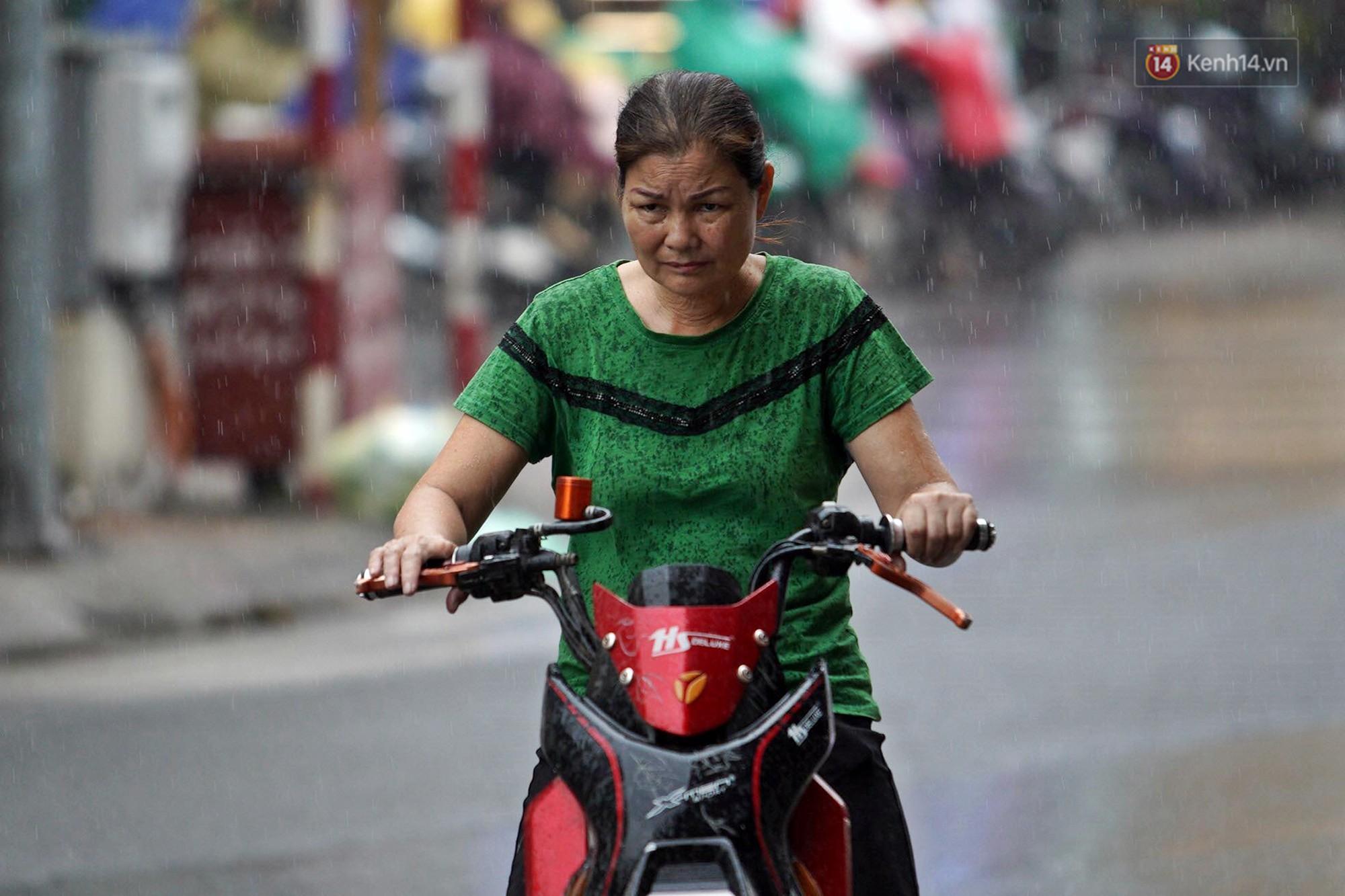 Hà Nội bắt đầu đổ mưa do ảnh hưởng của bão số 2, người dân chật vật lưu thông giờ tan tầm - Ảnh 3.