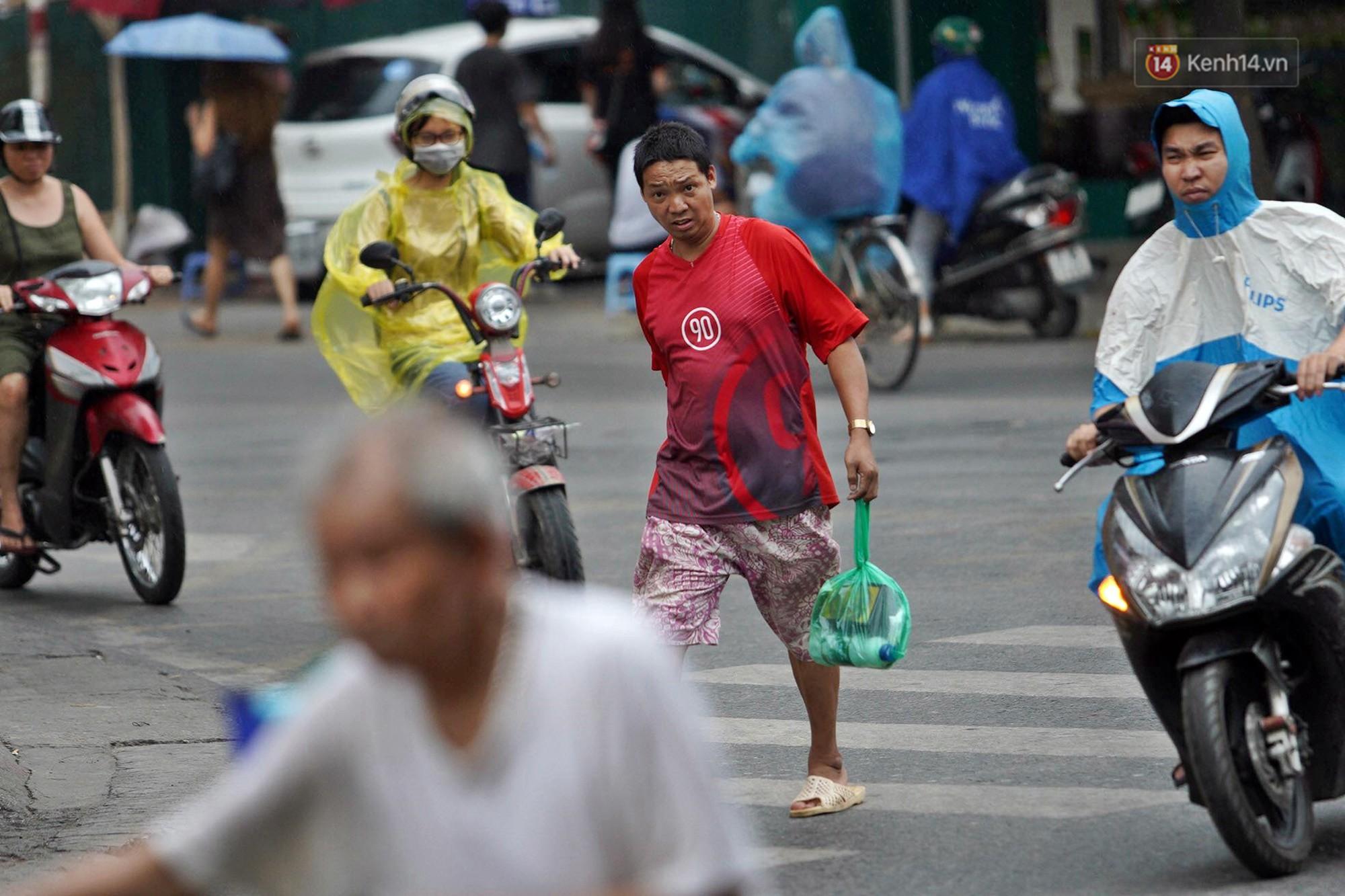 Hà Nội bắt đầu đổ mưa do ảnh hưởng của bão số 2, người dân chật vật lưu thông giờ tan tầm - Ảnh 7.