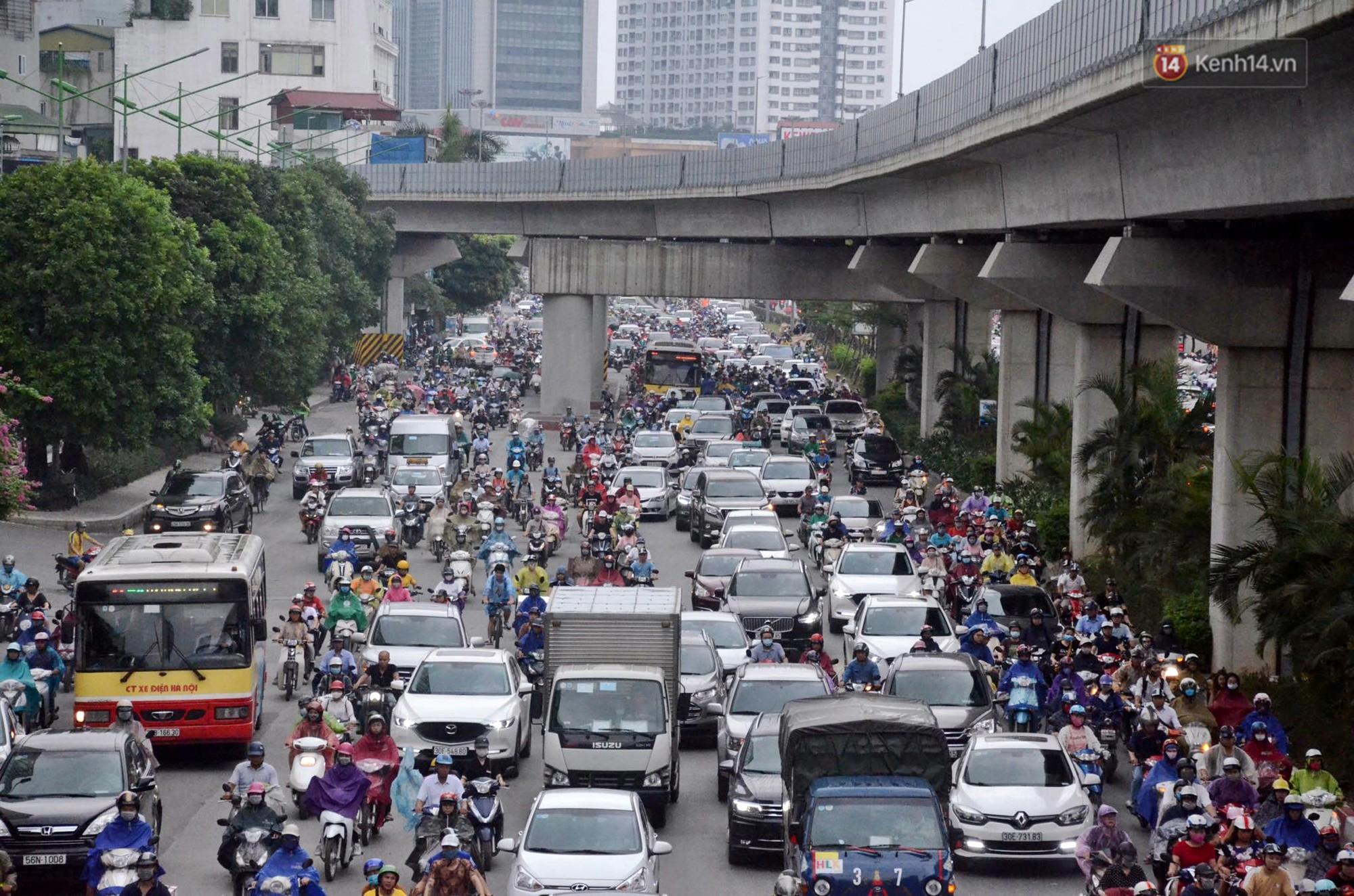 Hà Nội bắt đầu đổ mưa do ảnh hưởng của bão số 2, người dân chật vật lưu thông giờ tan tầm - Ảnh 13.