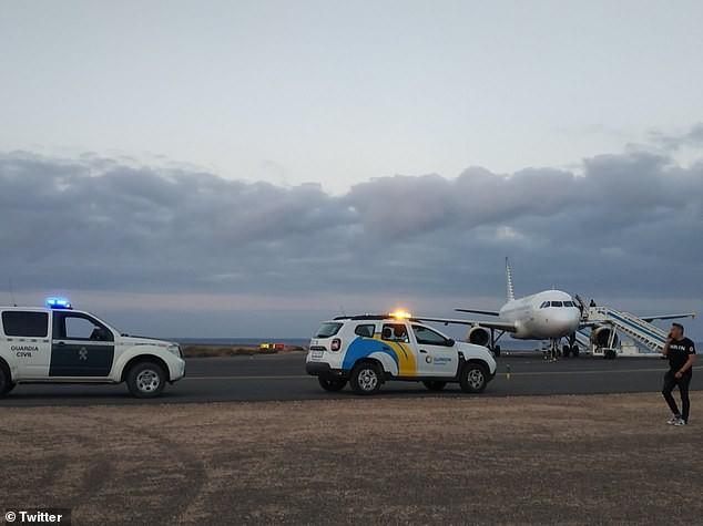 Máy bay sắp cất cánh thì 180 hành khách phải sơ tán khẩn cấp chỉ vì trò đùa của cậu bé 11 tuổi - Ảnh 2.