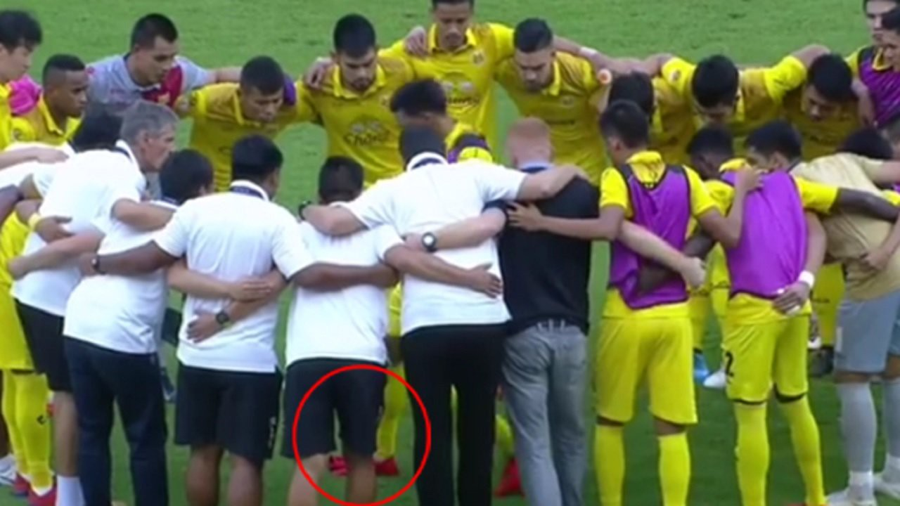 Cầu thủ Thái Lan có hành động vô cùng phản cảm, khiến cộng đồng mạng phẫn nộ - Ảnh 2.