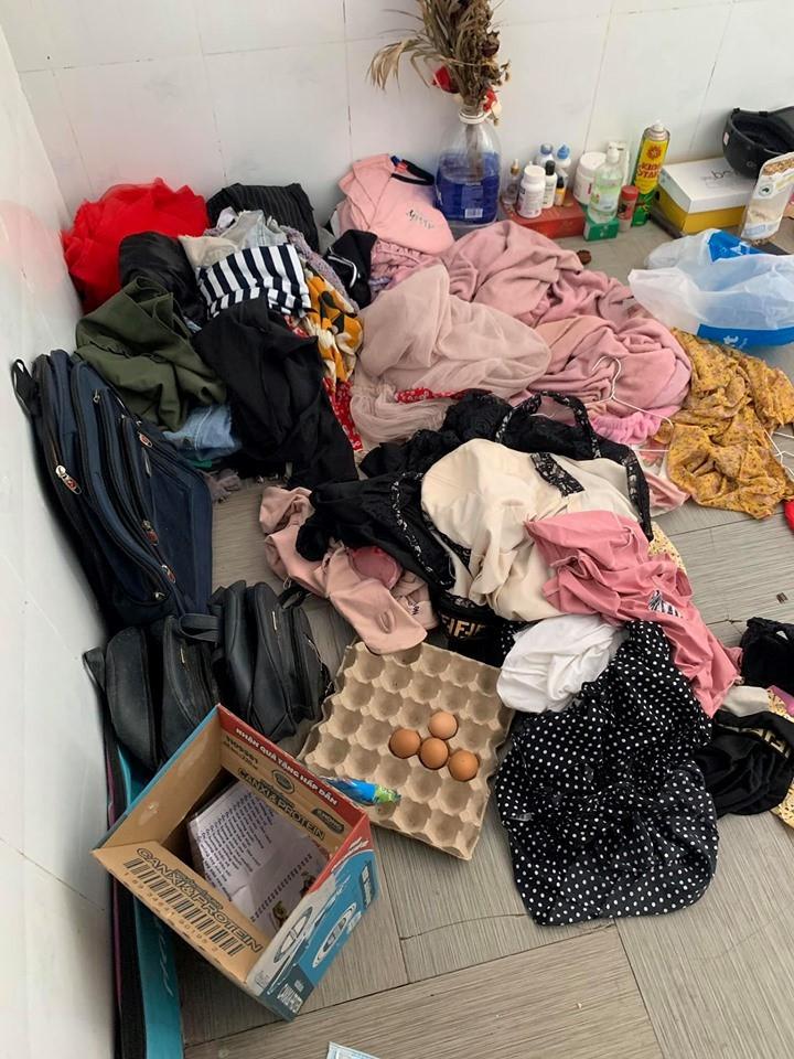 Hình ảnh cô gái mặc váy 2 dây ngồi nghịch điện thoại giữa căn phòng bừa bộn, ngập rác khiến nhiều người choáng váng - Ảnh 2.