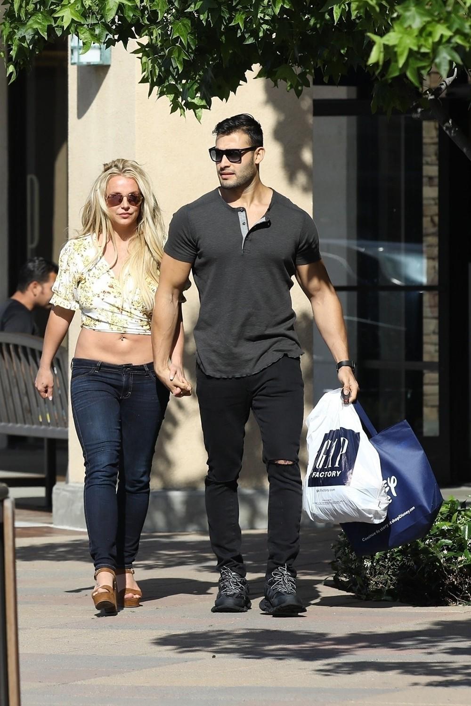 Britney Spears tự tin khoe thân hình thon gọn ở tuổi 37, khẳng định gầy như que tăm - Ảnh 5.