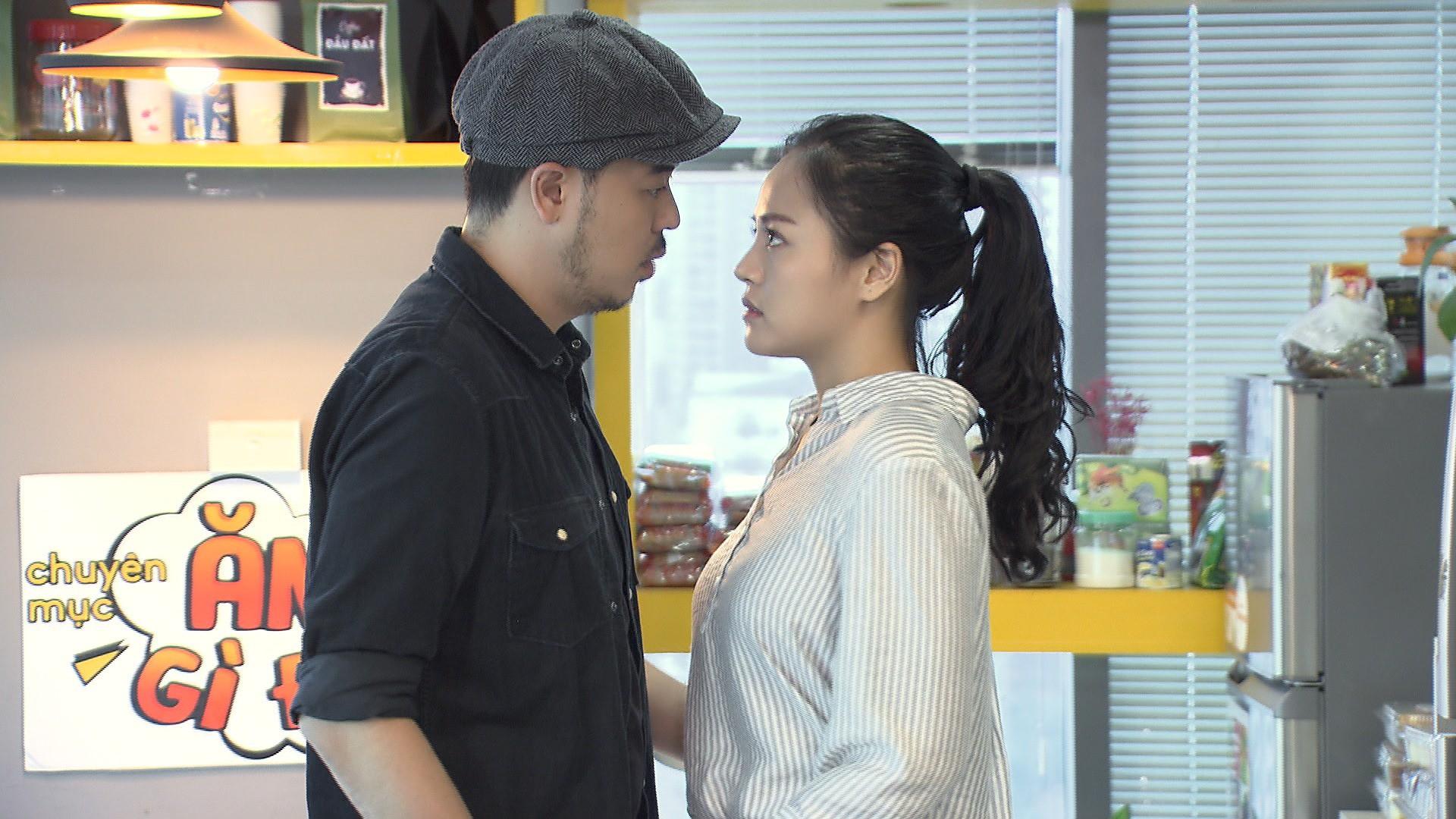 Hình ảnh hé lộ ông Quốc sắp hôn chị Huệ đến nơi mà tất cả những gì Thu Quỳnh quan tâm chỉ là... cái nọng cằm - Ảnh 1.