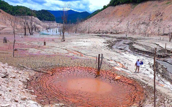 Lòng hồ lớn nhất Bắc Trung Bộ cạn trơ đáy, dân phải lội bùn cả cây số để đi - Ảnh 1.