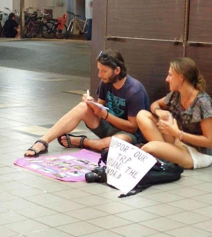 Loạt ảnh về đại dịch Tây ba lô ăn xin đang lan truyền khắp châu Á: Hãy cho tôi tiền đi vòng quanh thế giới - Ảnh 1.