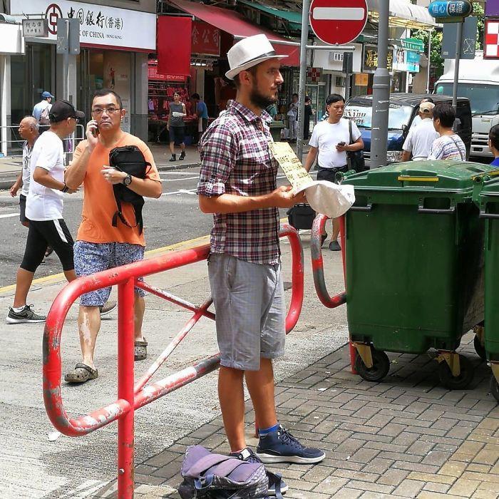 Loạt ảnh về đại dịch Tây ba lô ăn xin đang lan truyền khắp châu Á: Hãy cho tôi tiền đi vòng quanh thế giới - Ảnh 3.