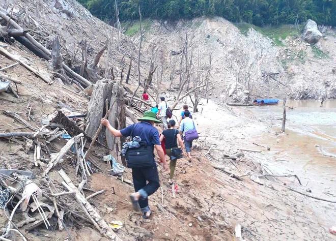 Lòng hồ lớn nhất Bắc Trung Bộ cạn trơ đáy, dân phải lội bùn cả cây số để đi - Ảnh 16.