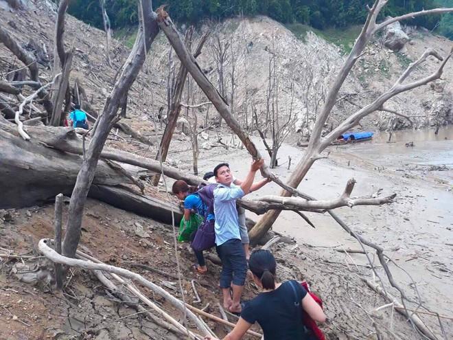 Lòng hồ lớn nhất Bắc Trung Bộ cạn trơ đáy, dân phải lội bùn cả cây số để đi - Ảnh 17.