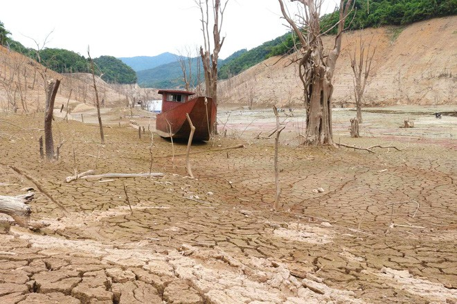 Lòng hồ lớn nhất Bắc Trung Bộ cạn trơ đáy, dân phải lội bùn cả cây số để đi - Ảnh 6.