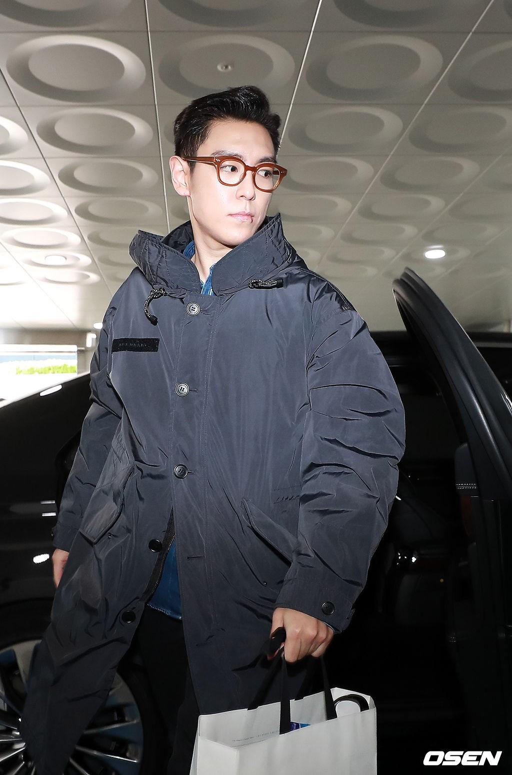 T.O.P (Big Bang) chính thức xuất ngũ sau 2 năm, xuất hiện với biểu cảm nghiêm trọng đáng chú ý - Ảnh 3.