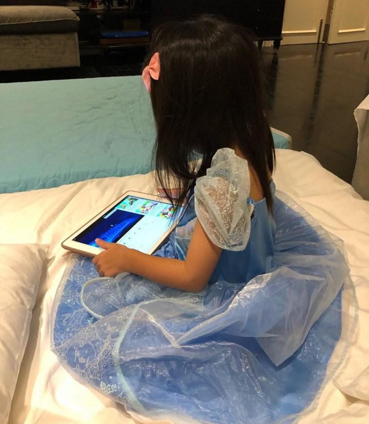 Con gái Hà Tăng lớn thấy rõ, ngày càng ra dáng công chúa nhỏ dưới ống kính của bố Louis Nguyễn - Ảnh 1.