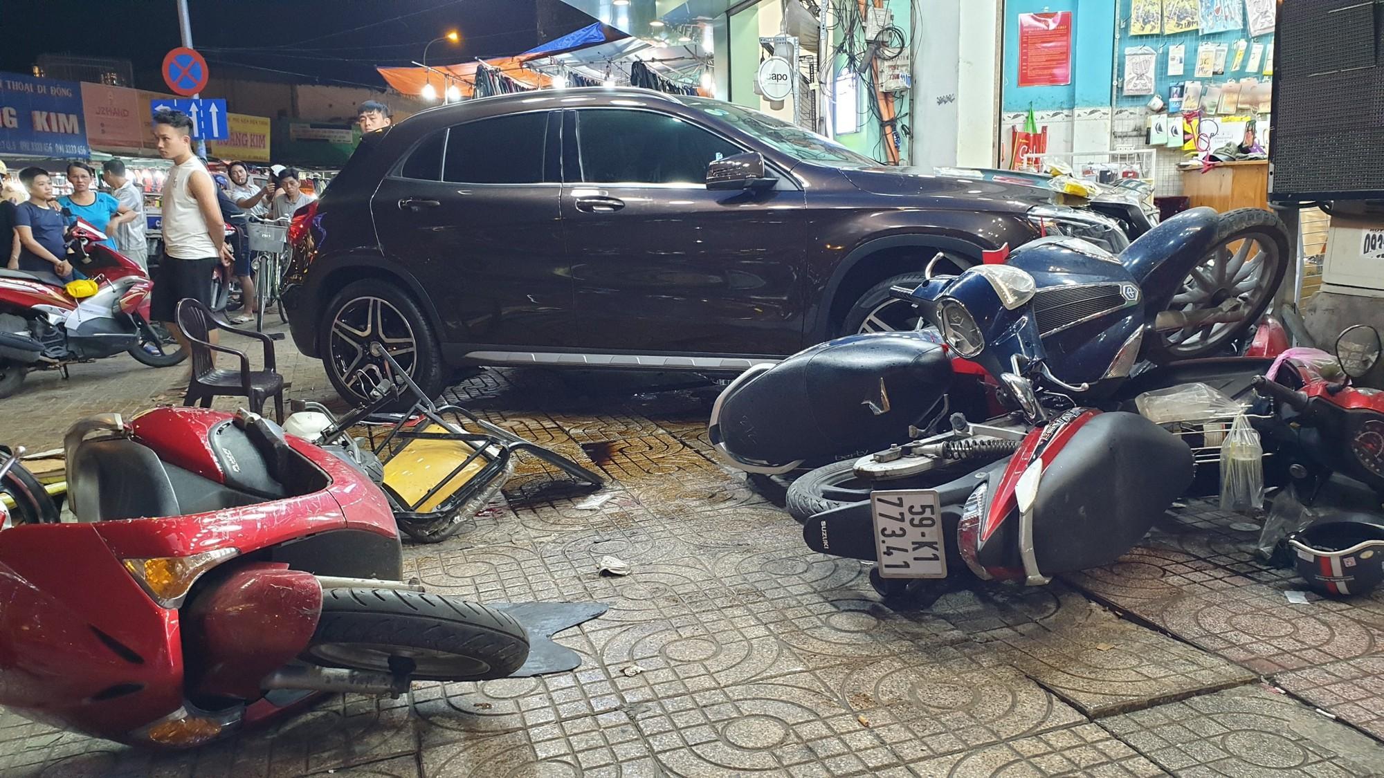 TP.HCM: Nữ tài xế lái Mercedes tông hàng loạt xe máy, nhiều người nằm la liệt trên đường - Ảnh 2.