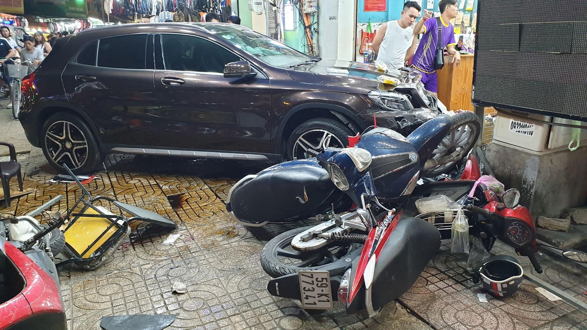 TP.HCM: Nữ tài xế lái Mercedes tông hàng loạt xe máy, nhiều người nằm la liệt trên đường - Ảnh 3.