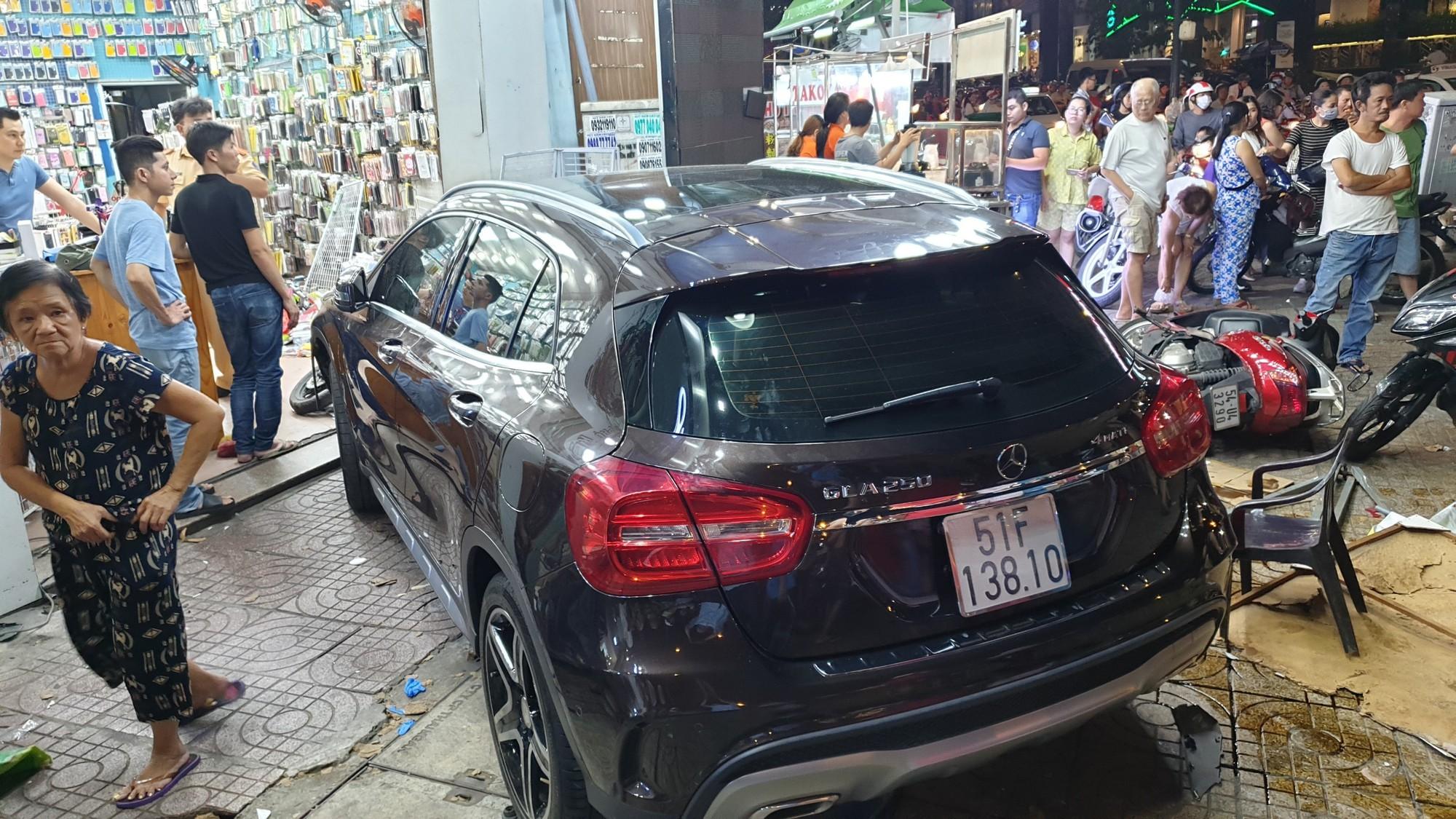 TP.HCM: Nữ tài xế lái Mercedes tông hàng loạt xe máy, nhiều người nằm la liệt trên đường - Ảnh 1.