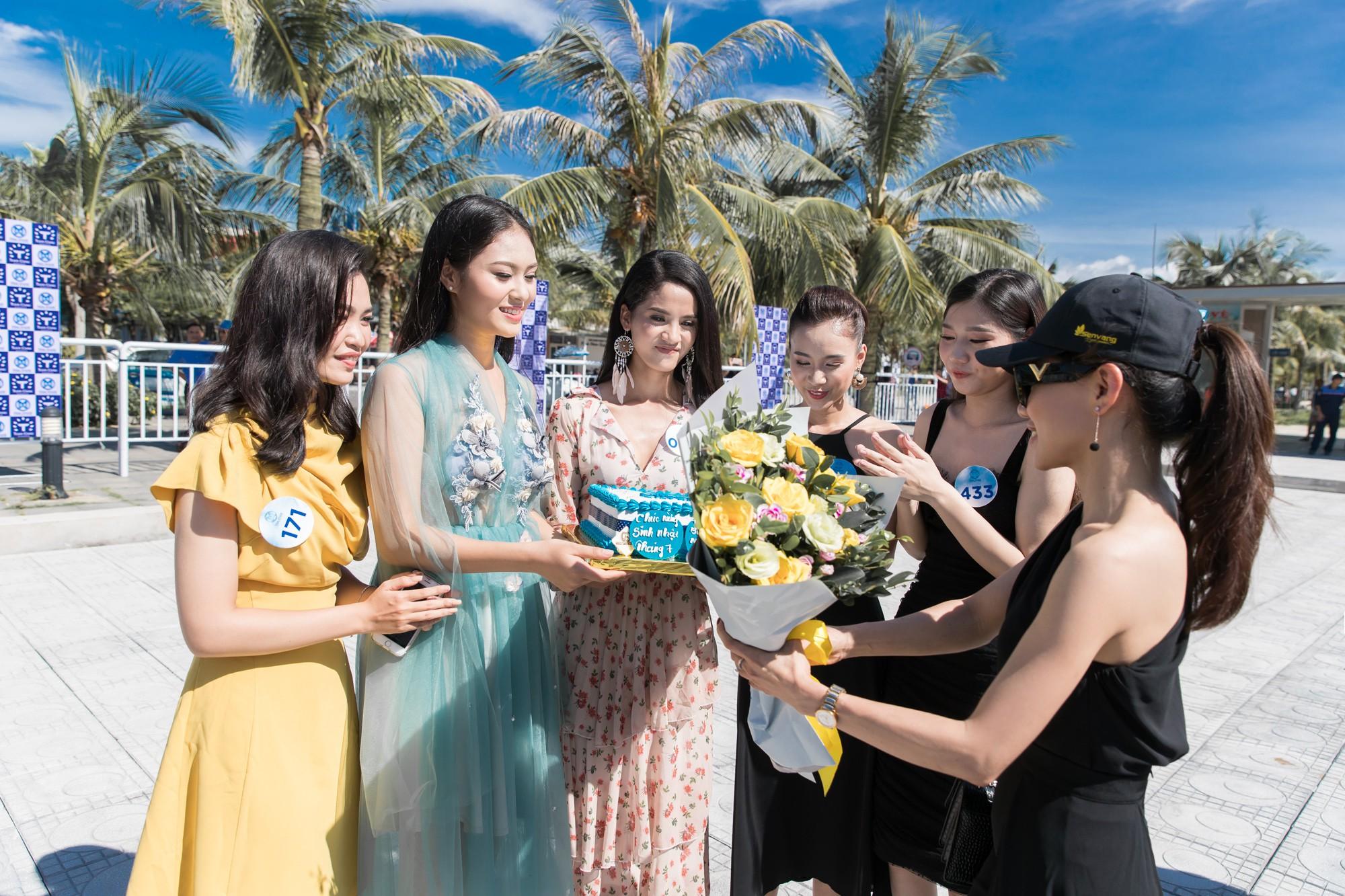 Sau tin đồn có bạn trai, Đỗ Mỹ Linh tươi tắn xuất hiện đồng hành cùng thí sinh Miss World Việt trước đêm thi quan trọng - Ảnh 9.