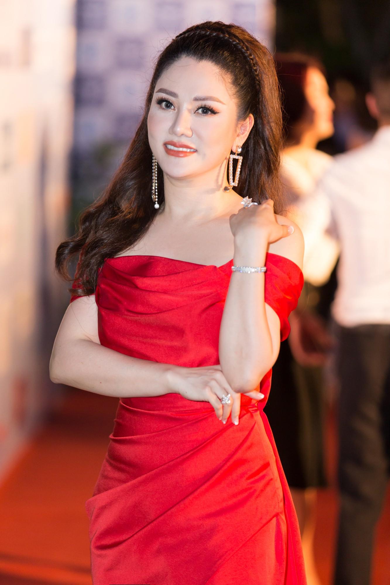 Mỹ Linh nổi bần bật xuất hiện sau nghi án tình ái, Tiểu Vy khoe khéo vòng 1 trên thảm đỏ Chung khảo phía Bắc Miss World Việt Nam 2019 - Ảnh 10.