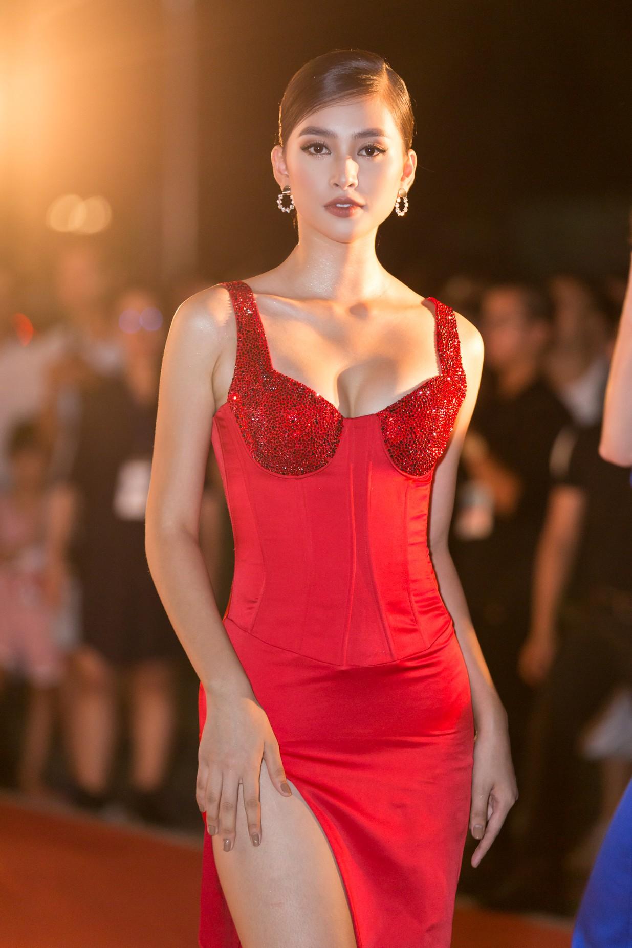 Mỹ Linh nổi bần bật xuất hiện sau nghi án tình ái, Tiểu Vy khoe khéo vòng 1 trên thảm đỏ Chung khảo phía Bắc Miss World Việt Nam 2019 - Ảnh 1.