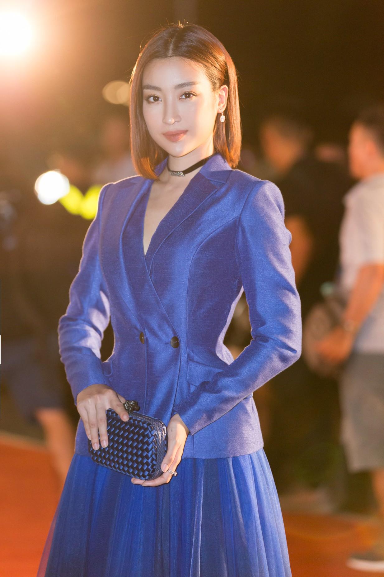 Mỹ Linh nổi bần bật xuất hiện sau nghi án tình ái, Tiểu Vy khoe khéo vòng 1 trên thảm đỏ Chung khảo phía Bắc Miss World Việt Nam 2019 - Ảnh 2.
