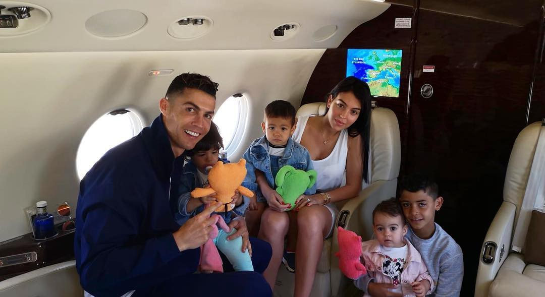 Bạn gái Ronaldo gây sốt khi bất ngờ đăng bức ảnh tình bể bình, fan kháo nhau: Chắc là đánh dấu chủ quyền đây mà - Ảnh 3.