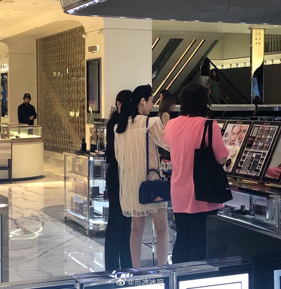 Hậu chia tay, Phạm Băng Băng diện váy mỏng tang đi shopping nhưng chiếc nhẫn siêu to khổng lồ trên tay mới gây sốt - Ảnh 1.