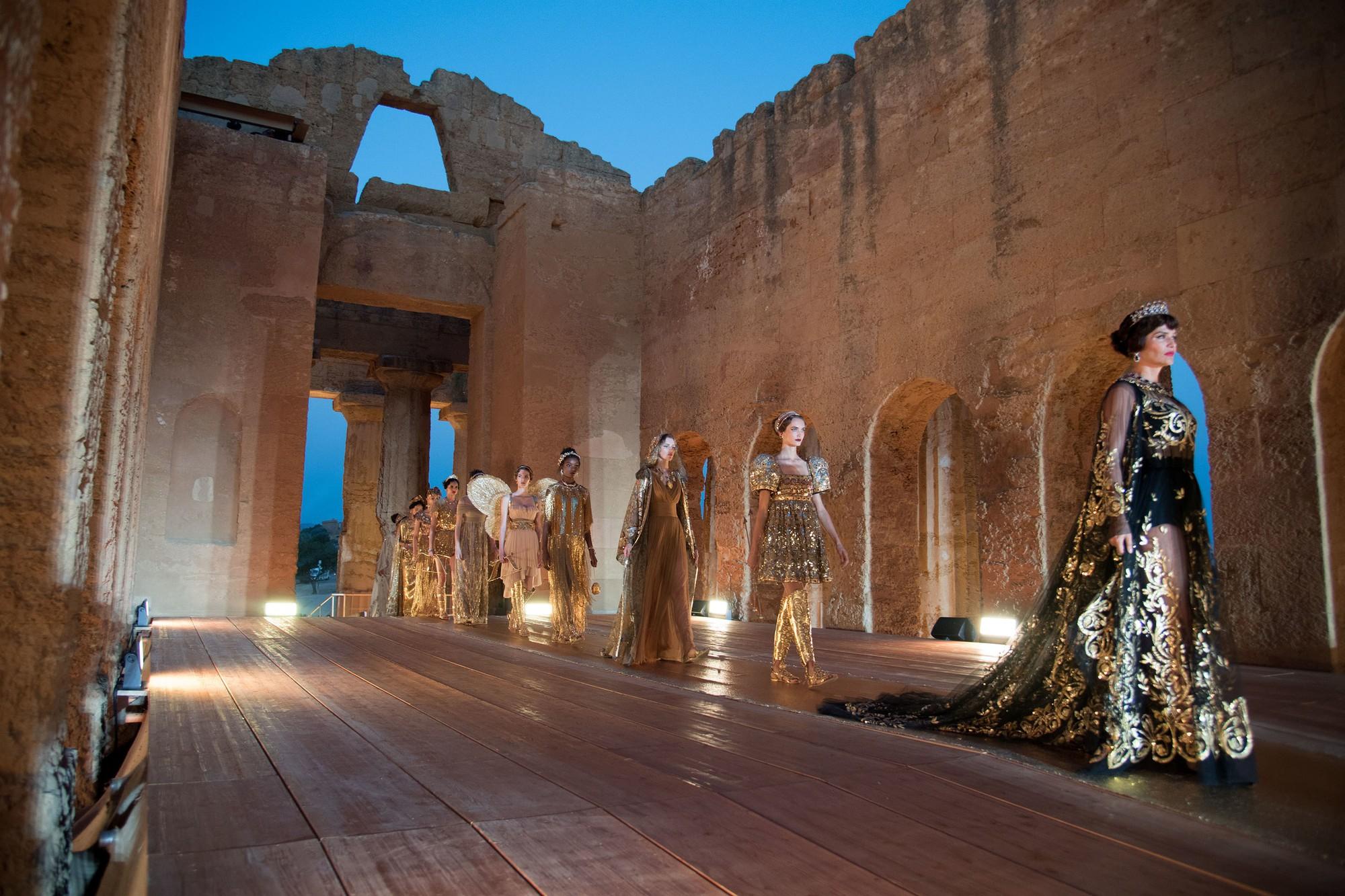 Sững sờ chiêm ngưỡng các nữ thần Hy Lạp bằng xương bằng thịt tại show diễn của Dolce&Gabbana - Ảnh 3.