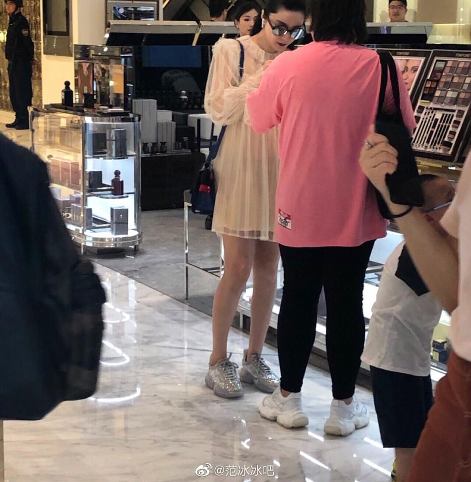 Hậu chia tay, Phạm Băng Băng diện váy mỏng tang đi shopping nhưng chiếc nhẫn siêu to khổng lồ trên tay mới gây sốt - Ảnh 2.