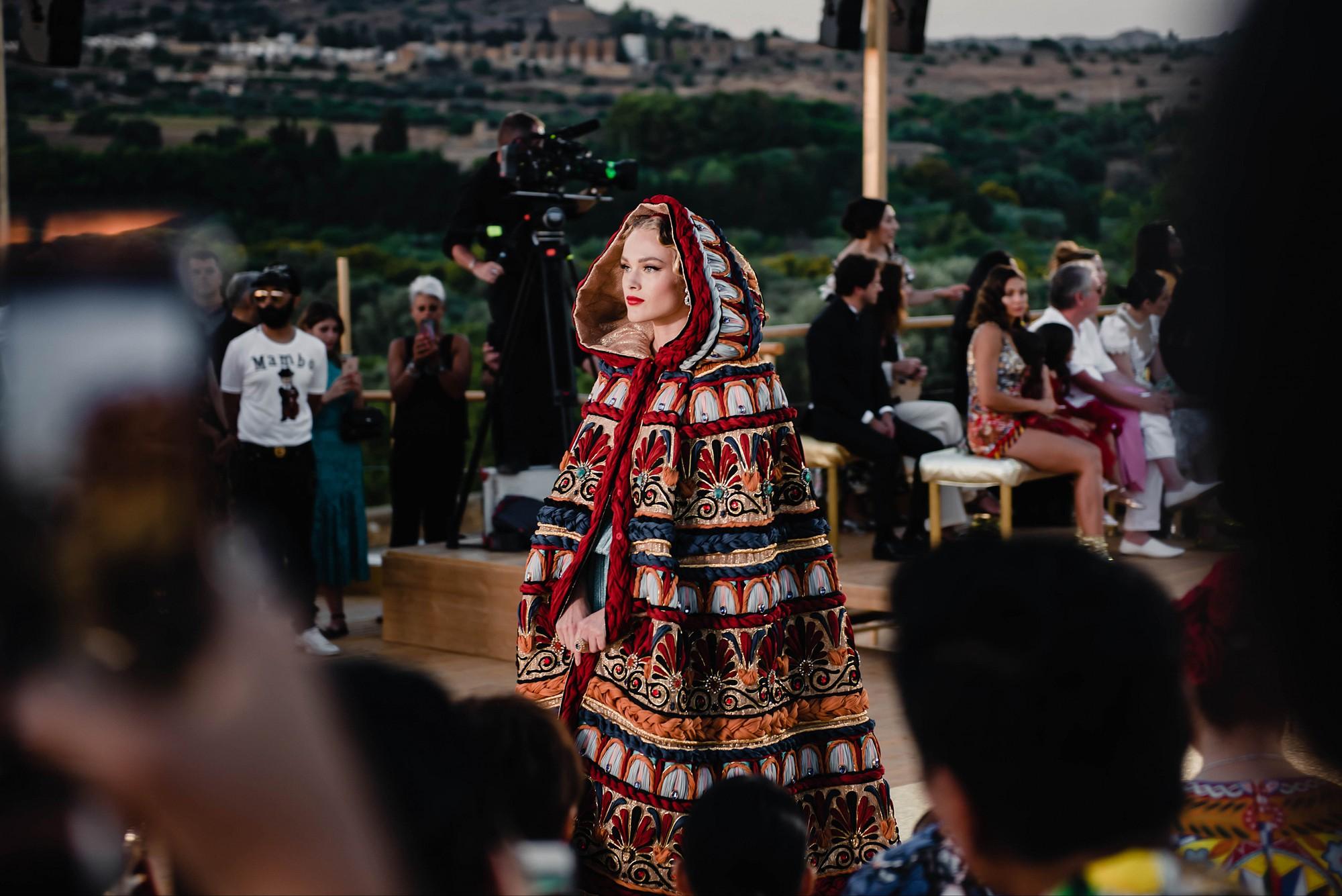Sững sờ chiêm ngưỡng các nữ thần Hy Lạp bằng xương bằng thịt tại show diễn của Dolce&Gabbana - Ảnh 7.