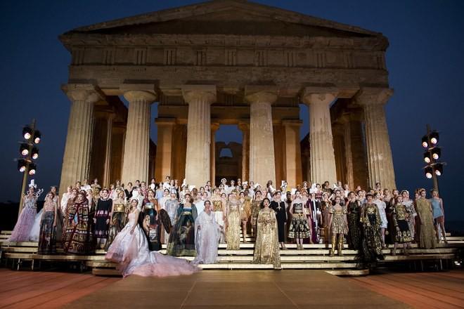 Sững sờ chiêm ngưỡng các nữ thần Hy Lạp bằng xương bằng thịt tại show diễn của Dolce&Gabbana - Ảnh 2.