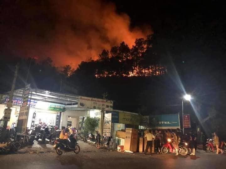 Cháy rừng ngay sau khu vực dân cư, người dân phải sơ tán trong đêm