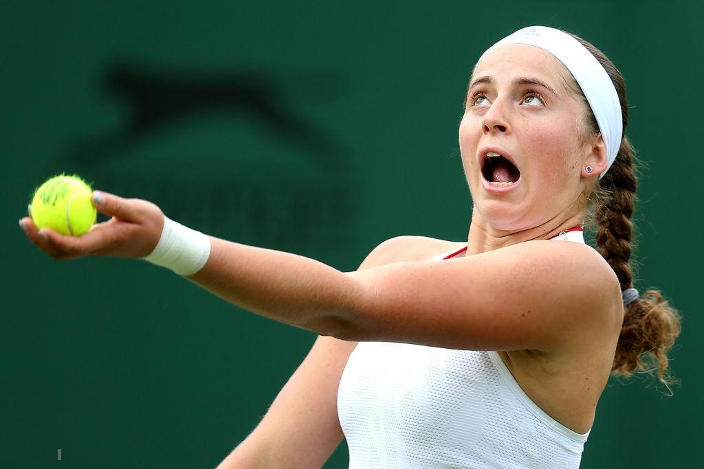 Góc chơi khó đồng đội: Cựu nữ hoàng Roland Garros nện bóng trúng đầu ông chú đánh cặp - Ảnh 2.