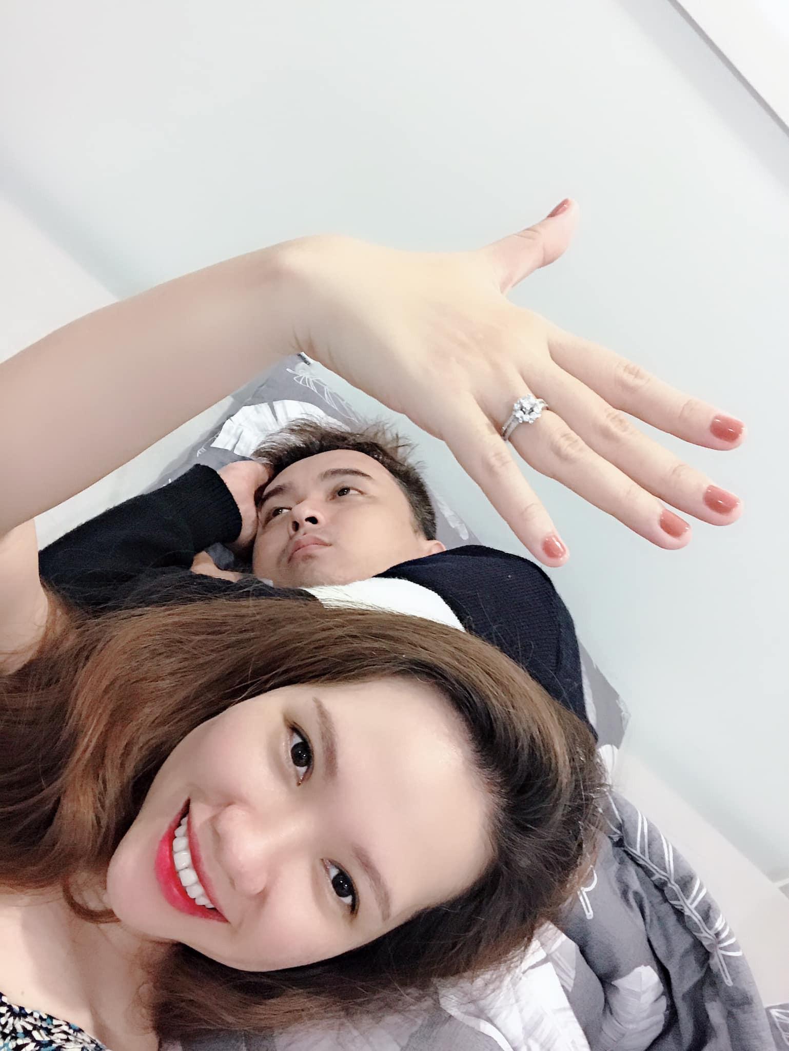 """Đông Nhi được cầu hôn bằng nhẫn kim cương, dân mạng """"đu trend"""" học ngay dáng pose khoe nhẫn theo cách lầy lội - Ảnh 4."""